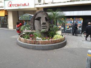 Une statue Moyai à Shibuya ? C'est un don du village de Nii-Jima.